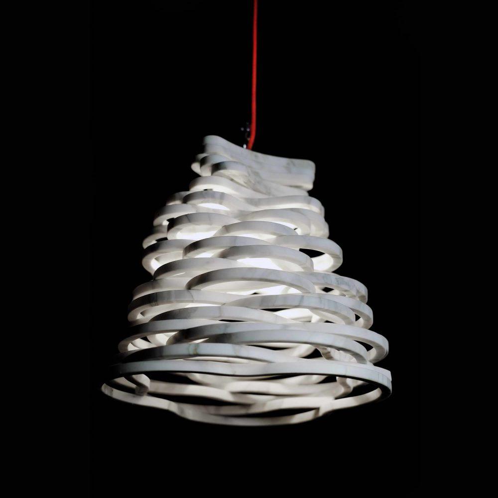 Annika lampada da tavolo a sospensione in marmo Calacatta Carrara, progettata dal designer Paolo Ulian
