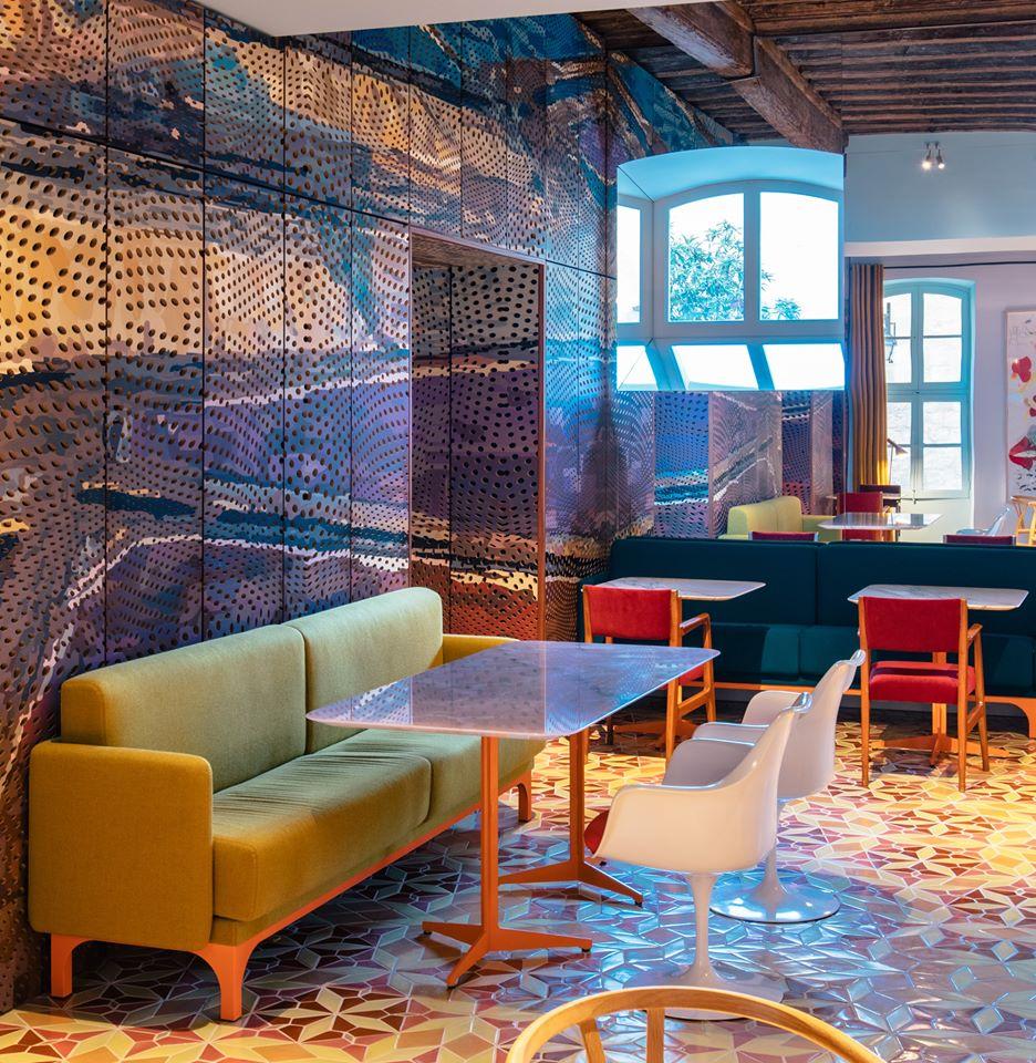 Hotel Arlatan 09 – Tavoli con basi metalliche veniciate in arancio